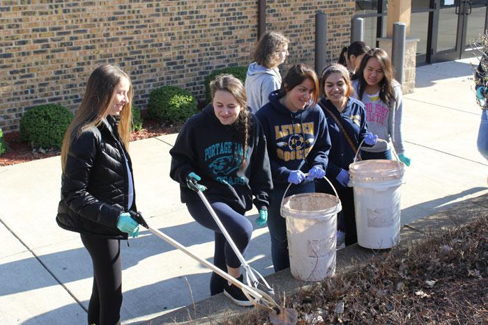 Sophomores+participating+at+the+Schiller+Park+Beautification.